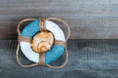 Bouée de sauvetage sur le vieux fond en bois gris dans le style de mer avec du bois, d Photos libres de droits