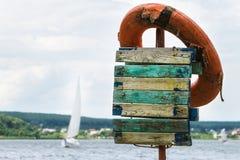 Bouée de sauvetage sur les rivages du lac Photographie stock libre de droits