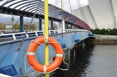 Bouée de sauvetage sur un pont à Glasgow Image stock