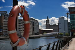 Bouée sur le côté de dock de Liverpool Images stock