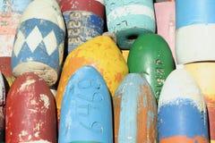 Bouées colorées de trappe de langoustine photos libres de droits