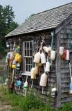 Bouées de langoustine et cabane de pêche image stock