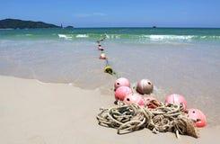 Bouées sur la plage de sable Image stock