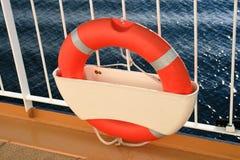 Bou?e de sauvetage sur le bateau de croisi?re Image libre de droits