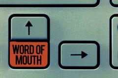 Bouche à oreille des textes d'écriture Concept signifiant la propagation orale de la fabulation Viva Voice de l'information images stock