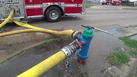 Bouche d'incendie avec les tuyaux embrochables banque de vidéos