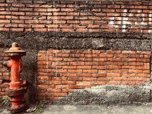 Bouche d'incendie devant le mur de briques rouge photographie stock libre de droits