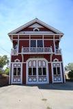 Bouche d'incendie en bois rouge et blanche historique photographie stock libre de droits