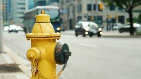 Bouche d'incendie jaune à l'arrière-plan d'une rue passante à Toronto Image stock