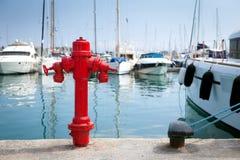 Bouche d'incendie marine sur le quai devant les yachts photo libre de droits