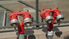 Bouche d'incendie rouge près du passage souterrain à Berlin Images stock