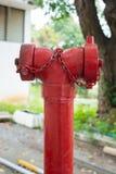 Bouche d'incendie rouge sur le bord de la route de ville Images stock