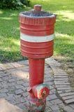 Bouche d'incendie rouge sur le trottoir de ville Photos libres de droits