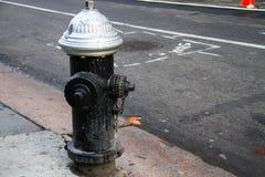 Bouche d'incendie sale sur la rue Image stock