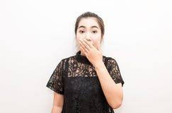 Bouche de bâche de femme de l'Asie avec son ressembler de main à la surprise Images libres de droits