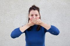 Bouche de bâche de jeune femme avec des mains Photos stock