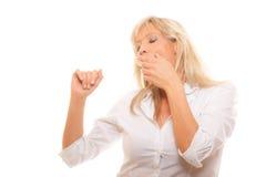 Bouche de baîllement de bâche de femme fatiguée somnolente avec la main Image libre de droits