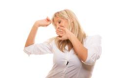 Bouche de baîllement de bâche de femme fatiguée somnolente avec la main Photo stock