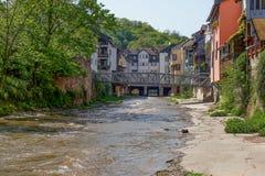 Bouche de Bach d'Ellerbach à Bad Kreuznach et vue du vieux CIT Photo stock