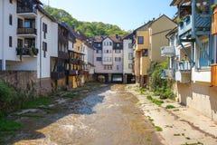 Bouche de Bach d'Ellerbach à Bad Kreuznach et vue du vieux CIT Photos stock
