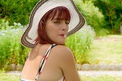 Bouche de dans SA de marguerite des prés d'avec de fille de jolie de portrait Photo stock