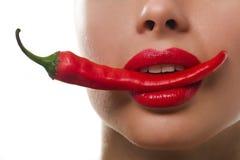 Bouche de Femail avec le poivre de s/poivron d'un rouge ardent Photos libres de droits