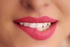 Bouche de fille avec les languettes rouges Photo stock