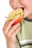 Bouche de garçons avec la part de pomme image libre de droits