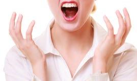 Bouche de la femme furieuse de femme d'affaires fâchée criant Photos libres de droits