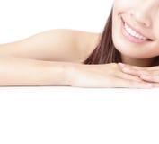 Bouche de sourire de fille de Beaitiful (languette) et main Image stock
