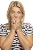 Bouche fermée effrayée belle par femme avec ses mains, plan rapproché photographie stock libre de droits
