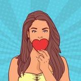 Bouche fermante de belle fille avec le bruit comique Art Background de coeur de forme de valentines de concept rouge de jour Photo stock
