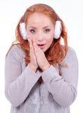 Bouche-oreilles blancs de port de belle femme rousse Images stock