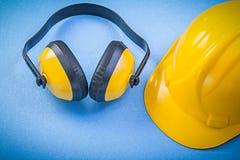 Bouche-oreilles construisant le casque sur le concept bleu de construction de fond Photographie stock libre de droits