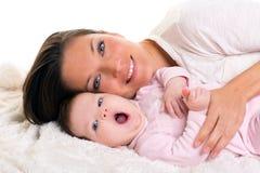 Bouche ouverte de baîllement de bébé avec soin de mère près Photo libre de droits