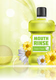 Bouche Rinse Design Cosmetics Product Bottle avec des fleurs Photo stock