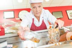 Boucher au compteur de viande photos libres de droits