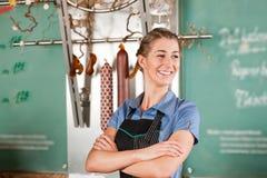 Boucher dans la boucherie Photos libres de droits