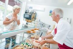 Boucher servant les clients un Images libres de droits