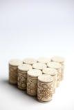 Bouchons de liège sur le blanc Photo stock