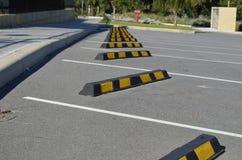 Bouchons jaunes et noirs de Chevron de voiture images stock