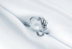 Boucle élégante de bijou avec la perle de bijou Images stock