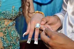 Boucle bleue sur son doigt la mariée Images libres de droits