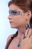 Boucle d'oreille bleue de collier de topaze de fille de maquillage de bijoux images libres de droits
