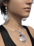 Boucle d'oreille et collier sur une femme Photos libres de droits