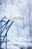 Boucle de basket-ball en hiver photo libre de droits