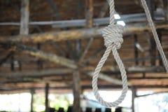 Boucle de corde accrochant sur un fond en bois Images libres de droits