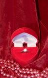 Boucle de diamant dans un cadre de cadeau Photo libre de droits