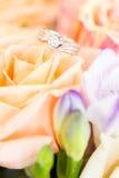 Boucle de diamant sur Rose Image libre de droits