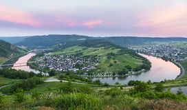 Boucle de la Moselle chez Kroev avec le panorama de coucher du soleil photo libre de droits